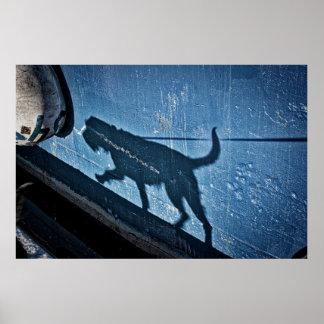 Gehen der Hund im Blau Poster