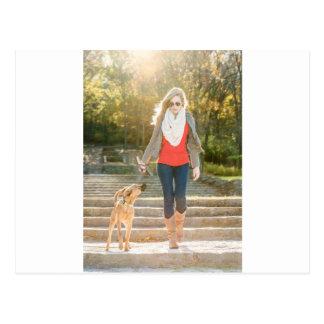 Gehen der Hund Postkarte