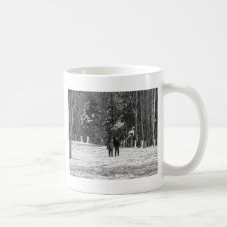 Gehen durch das Holz Kaffeetasse