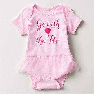 Gehen Sie mit dem Flo rosa Babybody