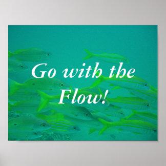Gehen Sie mit dem kleinen Fischplakat des Flusses Poster