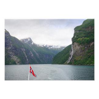 Geiranger Fjord mit norwegischem Flaggendruck Fotodruck