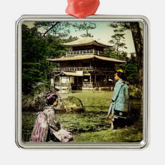 Geisha, die an Kinkaku-ji goldenem Tempel Japan Quadratisches Silberfarbenes Ornament