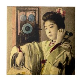 Geisha, die einem geheimen Liebhaber einen Keramikfliese
