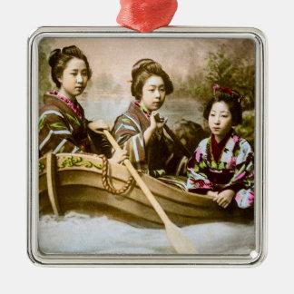 Geisha drei in einem Reihen-Boots-Vintagen Quadratisches Silberfarbenes Ornament