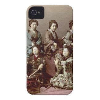 Geisha-Mädchen, die Instrumente - Kusakabe Kimbei iPhone 4 Etuis