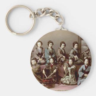 Geisha-Mädchen, die Instrumente - Kusakabe Kimbei Schlüsselanhänger