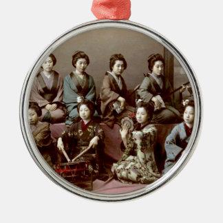 Geisha-Mädchen, die Instrumente - Kusakabe Kimbei Silbernes Ornament