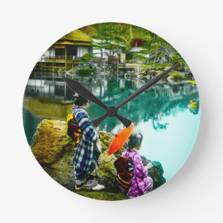 Geisha zwei genießen einen Tag am Park Vintages Runde Wanduhr
