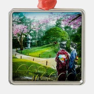 Geisha zwei in einem allgemeinen Garten in altem Quadratisches Silberfarbenes Ornament
