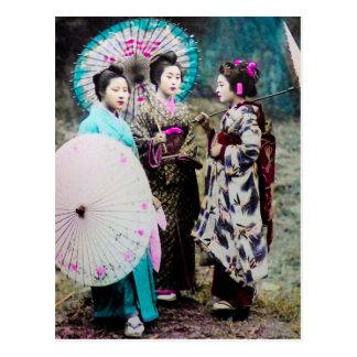 Geisha zwei und ein Maiko und Sonnenschirme altes Postkarte