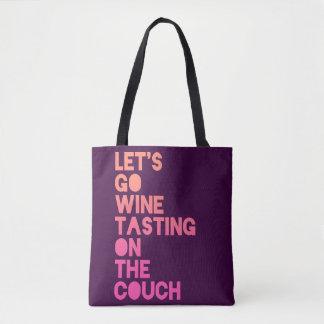 Gelassen uns gehen Wein-Probieren auf der Couch Tasche