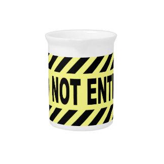 Gelb und schwarz tragen Sie nicht Zeichen ein Getränke Pitcher