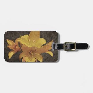 Gelbe asiatische Lilie auf altem grunged Leinwand Kofferanhänger