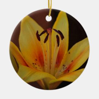 Gelbe asiatische Lilien-Verzierung Rundes Keramik Ornament