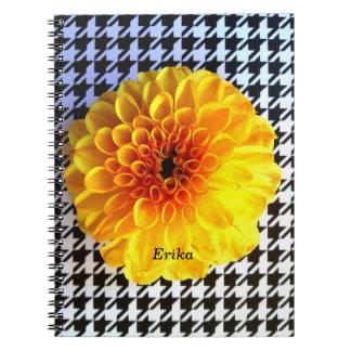 gelbe Blume auf Hahnentrittmusternotizbuch Notizblock