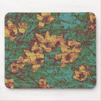 Gelbe Blume gegen Blatttarnungsmuster 2 Mousepad
