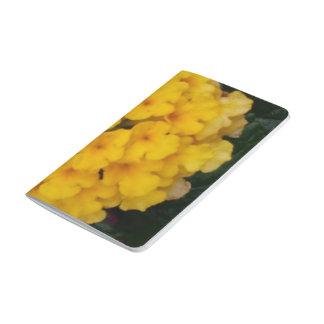 Gelbe Blume gruppiert sich Taschen-Zeitschrift Taschennotizbuch