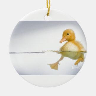 Gelbe Entlein-Schwimmen Rundes Keramik Ornament