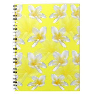Gelbe Frangipani-Blumen auf gelbem Hintergrund, Spiral Notizblock