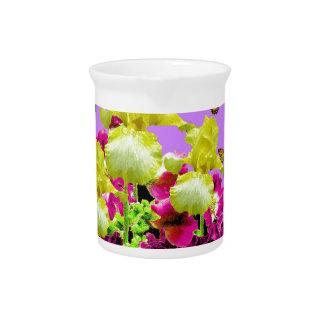 Gelbe Iris-Monarch-Schmetterlings-lila Blumen Getränke Pitcher