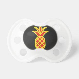 Gelbe Kiefer Apple im Schwarzen Schnuller