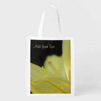 Gelbe Lilie durch Shirley Taylor Wiederverwendbare Einkaufstasche