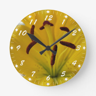 Gelbe Lilie gebogene Blumenblätter Wanduhren