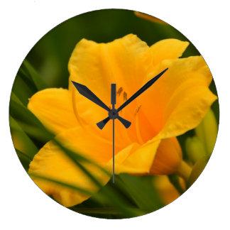 Gelbe Lilie in der Blüte Uhren