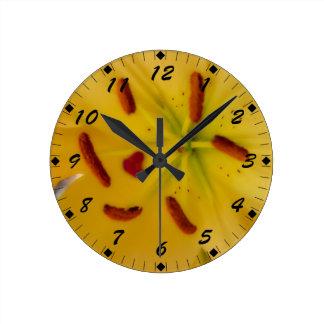 Gelbe Lilie weich und träumerisch Uhren