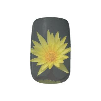 Gelbe Lotos-Wasserlilie-Nagel-Kunst Minx Nagelkunst