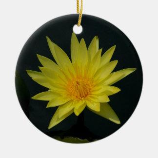 Gelbe Lotos-Wasserlilie Rundes Keramik Ornament