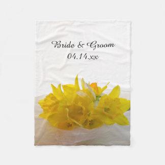 Gelbe Narzissen auf weißer Frühlings-Hochzeit Fleecedecke