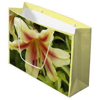 Gelbe orientalische Lilie mit Blumen Große Geschenktüte