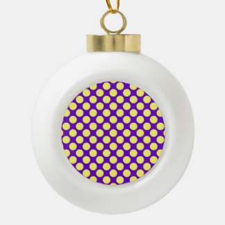 Gelbe Polka-Punkte mit lila Hintergrund STaylor Keramik Kugel-Ornament
