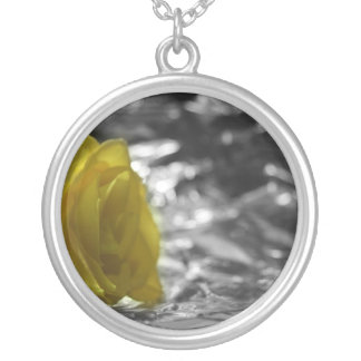 Gelbe Rose auf links silbernem Seitenhintergrund Versilberte Kette