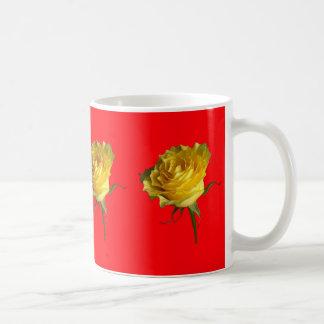 Gelbe Rose, chinesische rote Geschenke durch Kaffeetasse
