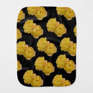 Gelbe Rosen auf Schwarzem, _ Baby Spucktuch