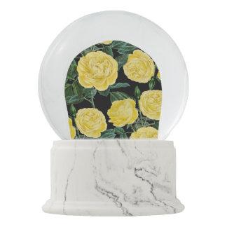 gelbe Rosen auf Schwarzem Schneekugel