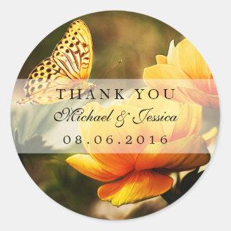 Gelbe Rosen-und Schmetterlings-Gastgeschenk Runder Aufkleber