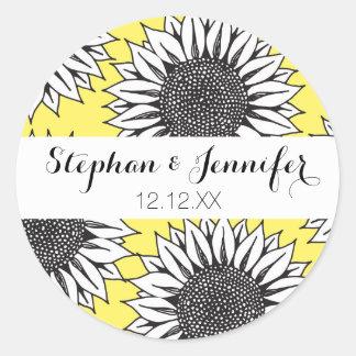 Gelbe Sonnenblume im Schwarzweiss-Handzeichnen Runder Aufkleber