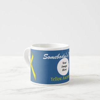 Gelbe Standardband-Schablone durch Kenneth Yoncich Espressotasse