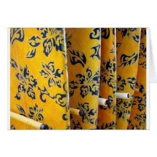 Gelbe Surfbretter in den Gestellen Grußkarten