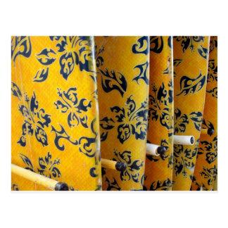 Gelbe Surfbretter in den Gestellen Postkarte