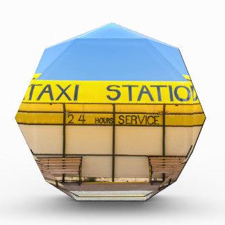 Gelbe Taxistation an der Küste in Griechenland Acryl Auszeichnung