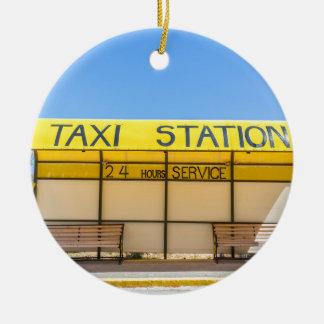 Gelbe Taxistation an der Küste in Griechenland Rundes Keramik Ornament