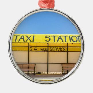 Gelbe Taxistation an der Küste in Griechenland Rundes Silberfarbenes Ornament
