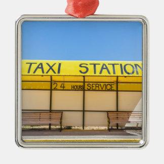 Gelbe Taxistation an der Küste in Griechenland Silbernes Ornament