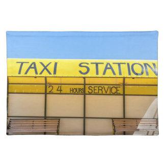 Gelbe Taxistation an der Küste in Griechenland Tischset