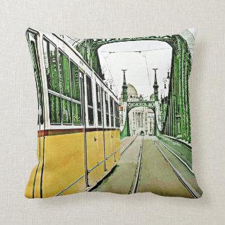 gelbe Tram auf der Freiheitsbrücke Kissen